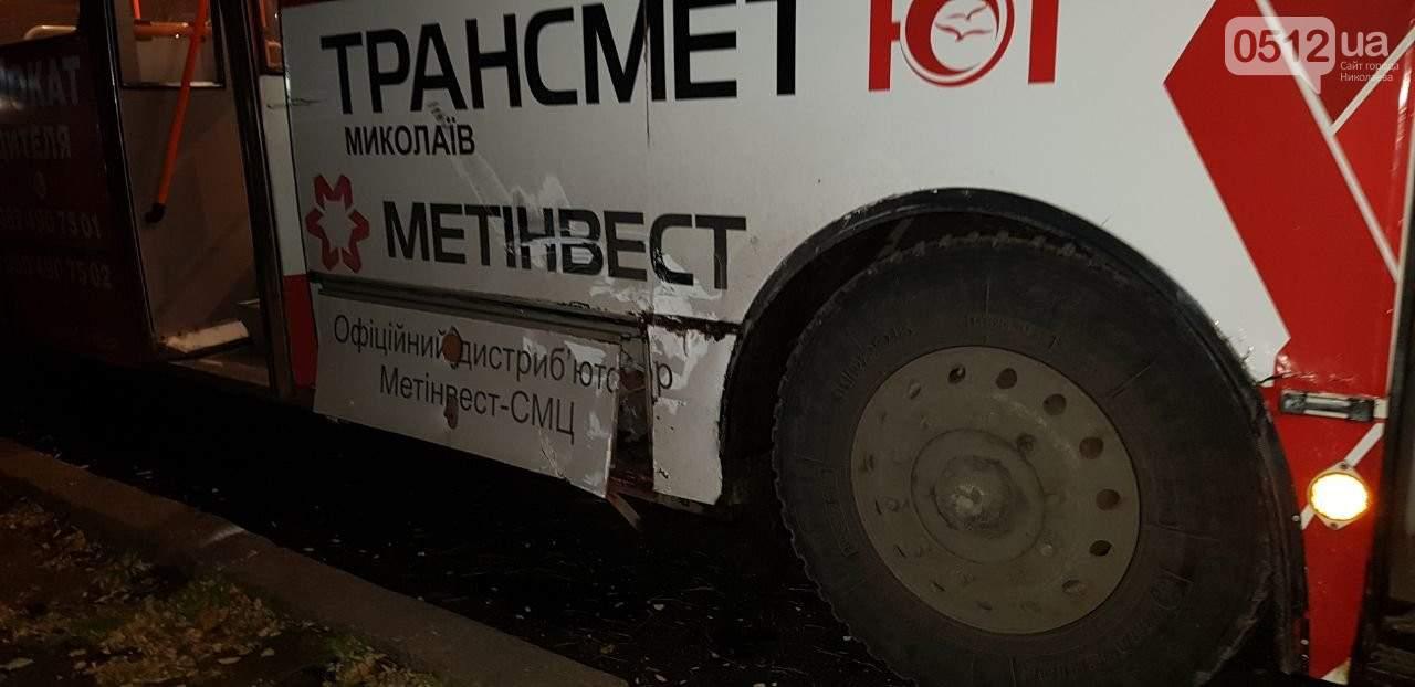 В Николаеве троллейбус снес двери легковому автомобилю (видео)