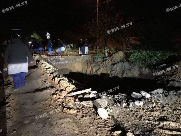 В Запорожской области автомобиль рухнул в огромную яму. Есть пострадавшие