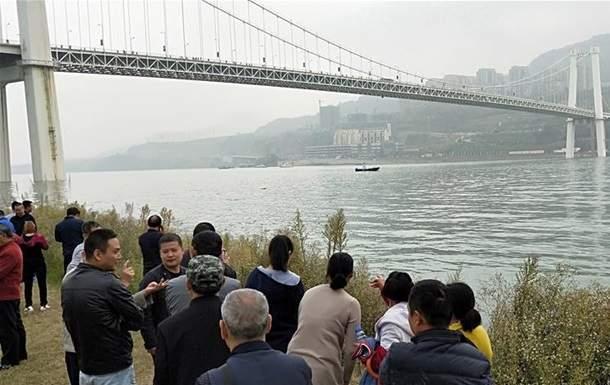 В Китае автобус с людьми слетел с моста. Есть погибшие