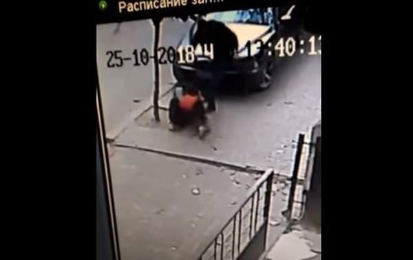 В Черновцах сотрудник полиции избил человека за неправильно припаркованный автомобиль (Видео)