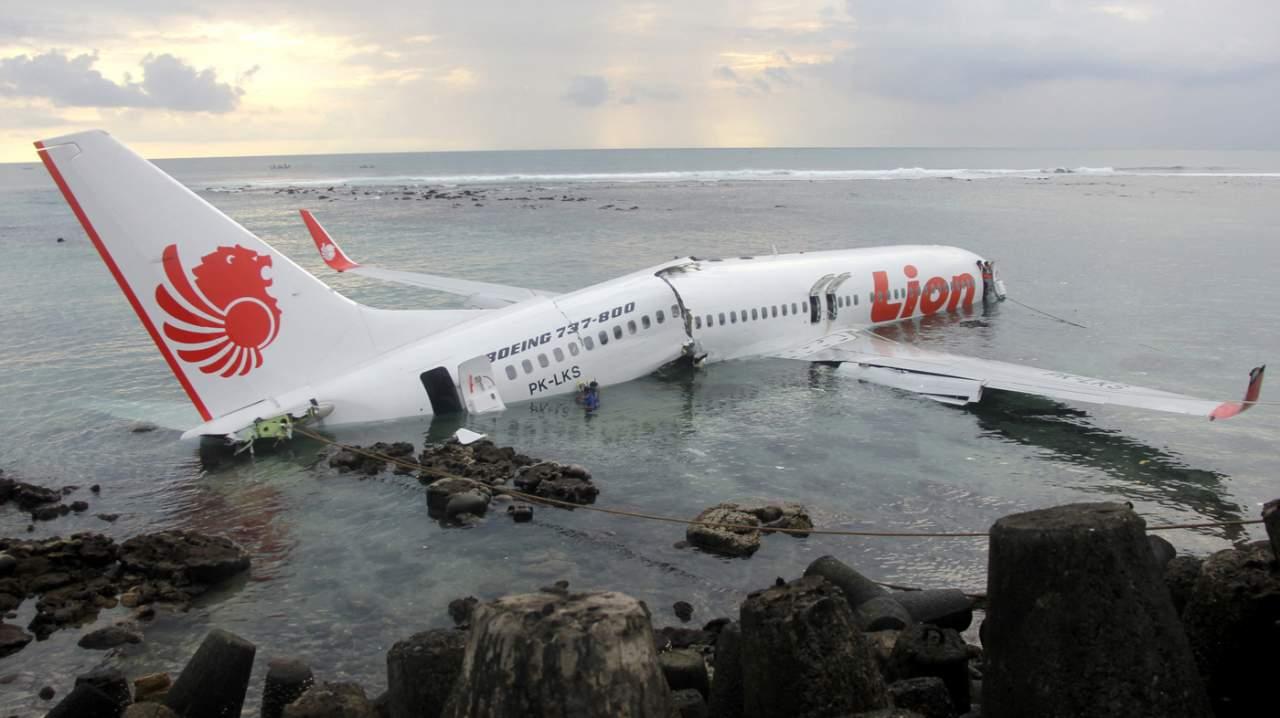 СМИ: Потерпевший крушения индонезийский Boeing 737 был обнаружен в Яванском море