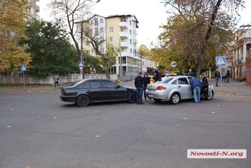 В Николаеве столкнулись две легковушки: машины получили механические повреждения (фото)