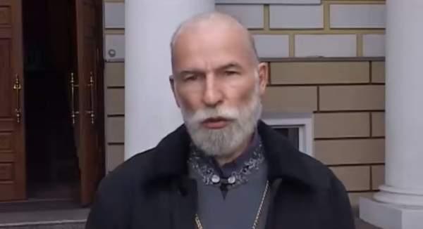 Харьковский священник за рулём авто заехал на надгробия на кладбище