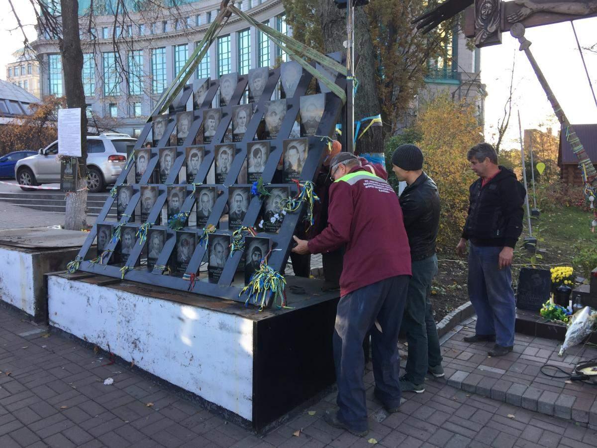 В Киеве демонтировали памятник Небесной сотне (фото)