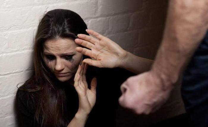 В Днепре пьяный мужчина жестоко избил беременную девушку