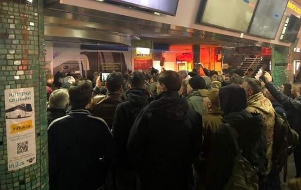 В столице активисты C14 устроили акцию протеста из-за отказа маршрутчиков перевозить АТОшников
