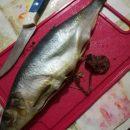 На николаевском рынке мужчина купил селедку с червями (фото)