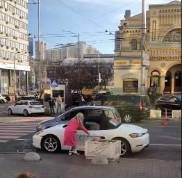 В центре Киева блондинка разрисовала дорогое авто (видео)
