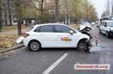 В центре Николаева девушка не справилась с управлением и врезалась на авто в столб (фото)
