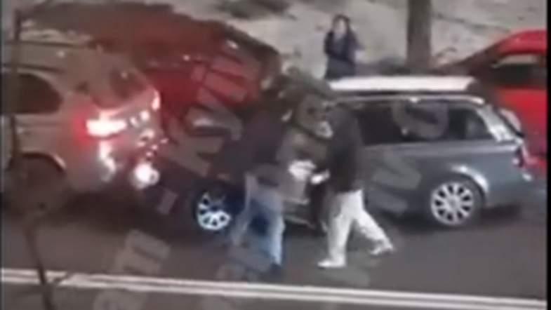 В столице произошла драка двух водителей: беременная пассажирка одного из авто обратилась за медпомощью (видео)