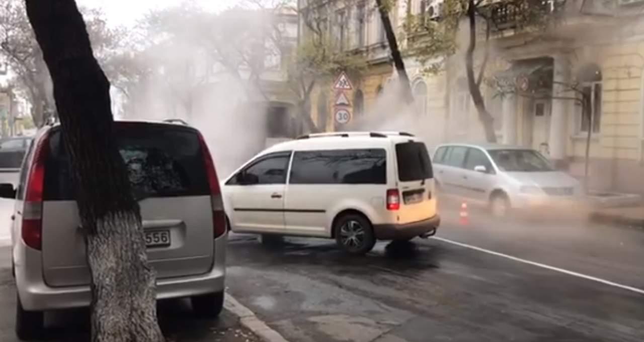 В Одессе прорвало теплотрассу (видео)