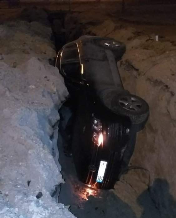 В Николаеве автомобиль угодил в вырытую траншею (фото)