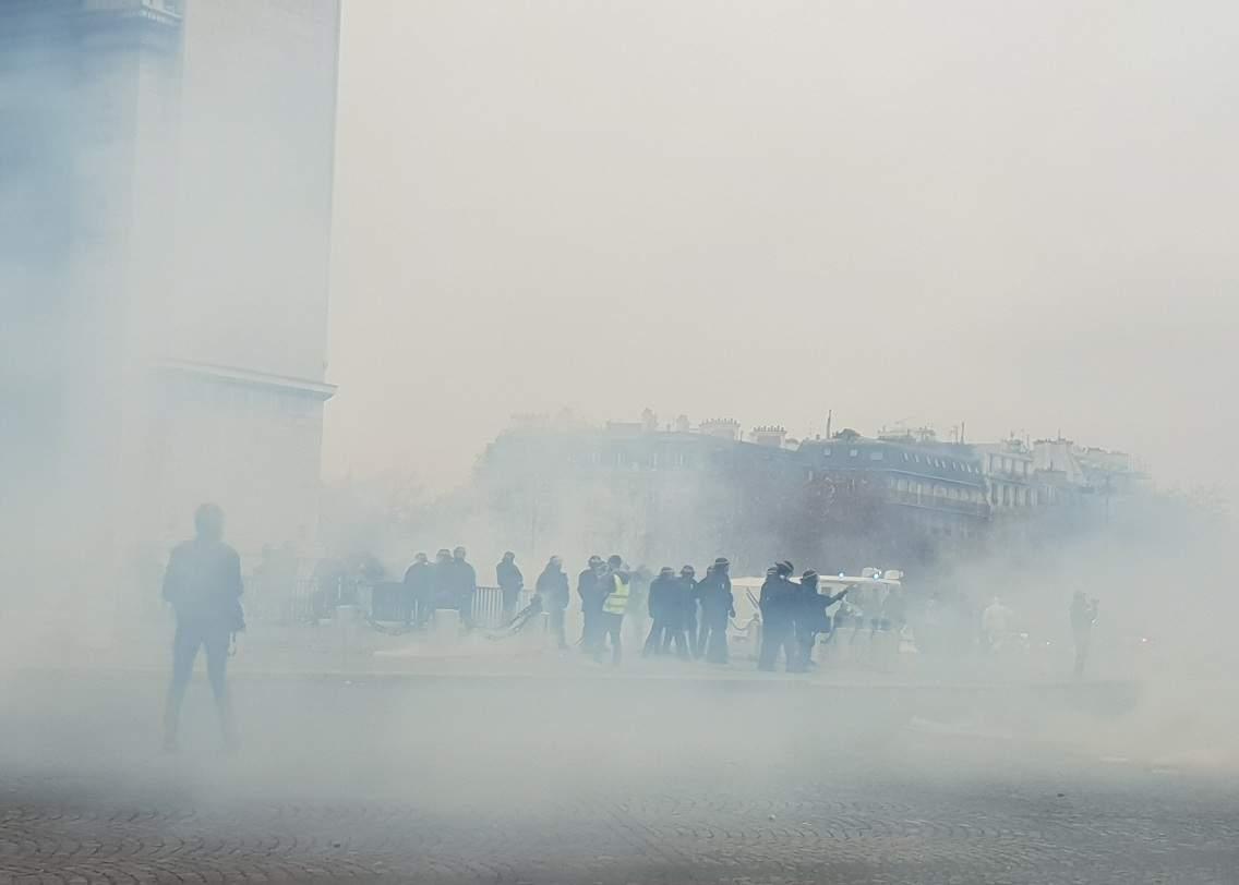 Из-за повышения налогов в Париже прошел масштабный митинг со столкновениями (видео)