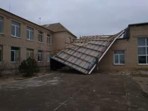В Запорожской области из-за сильного ветра одна из школ осталась без крыши