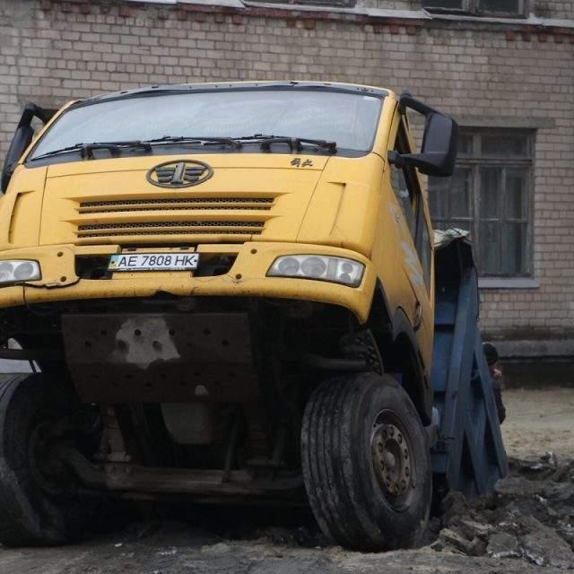 В Днепре около одной из школ сквозь бетонные плиты провалился грузовик