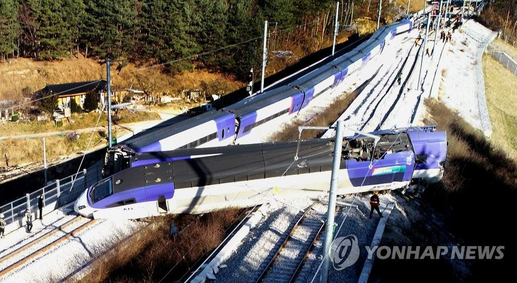 В Южной Корее «экспресс» сошел с рельсов: около 14 человек пострадали (фото)