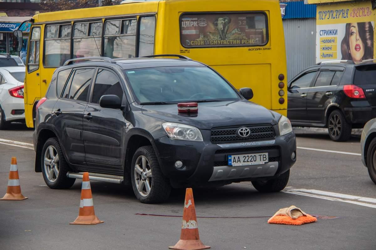 В Киеве девушка за рулем внедорожника сбила на «зебре» пешехода (фото)