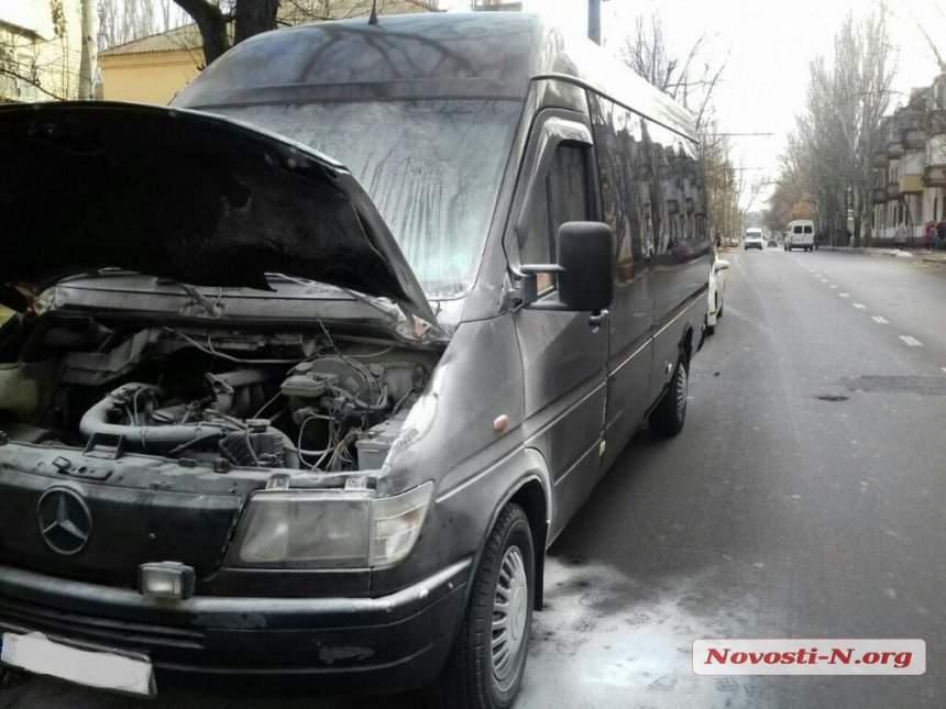 В Николаеве во время движения загорелась маршрутка с пассажирами (фото)