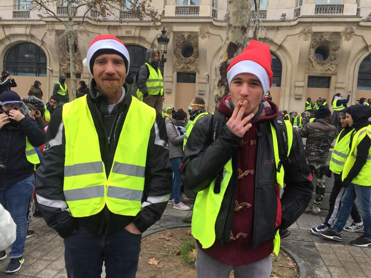 В Париже задержали почти пять сотен протестующих: люди в открытую употребляют коноплю