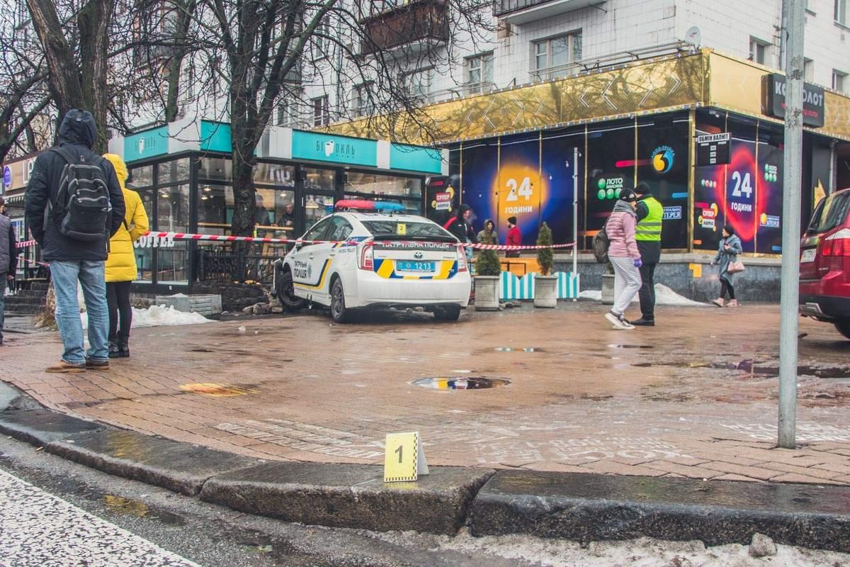 Очередной «Prius» в утиль: В Киеве патрульный автомобиль влетел в ограждение кафе (фото)