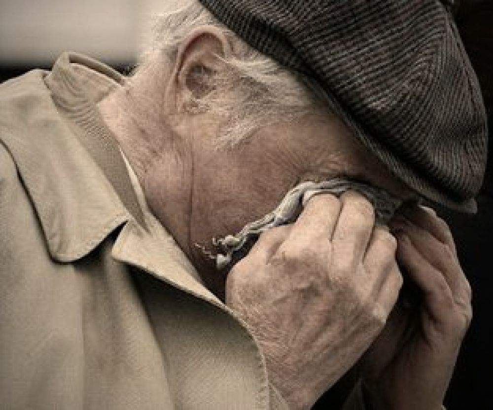 В Киеве мужчина напал на пенсионера и ограбил его