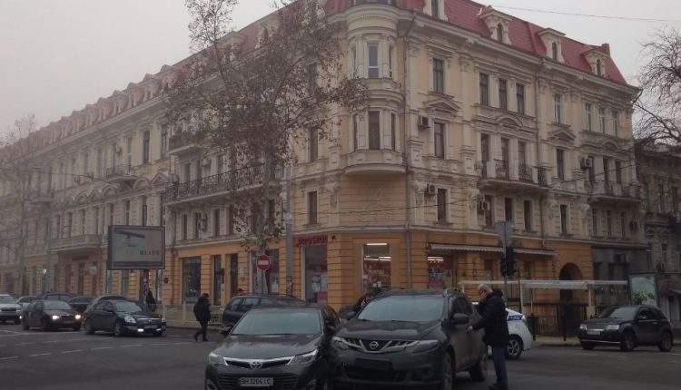 На одной из одесских улиц из-за отсутствия светофоров столкнулись авто