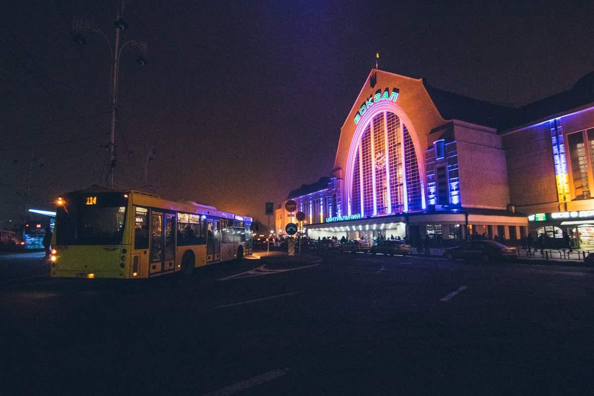 На железнодорожном вокзале Киева умер мужчина (видео)