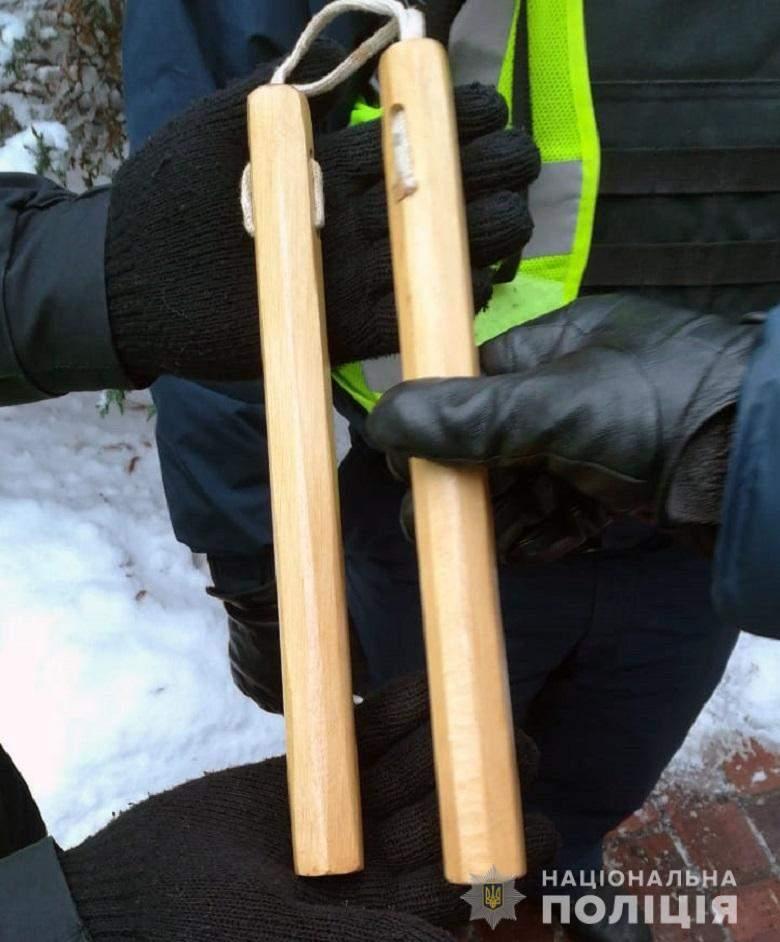По столице бродили мужчины с холодным оружием