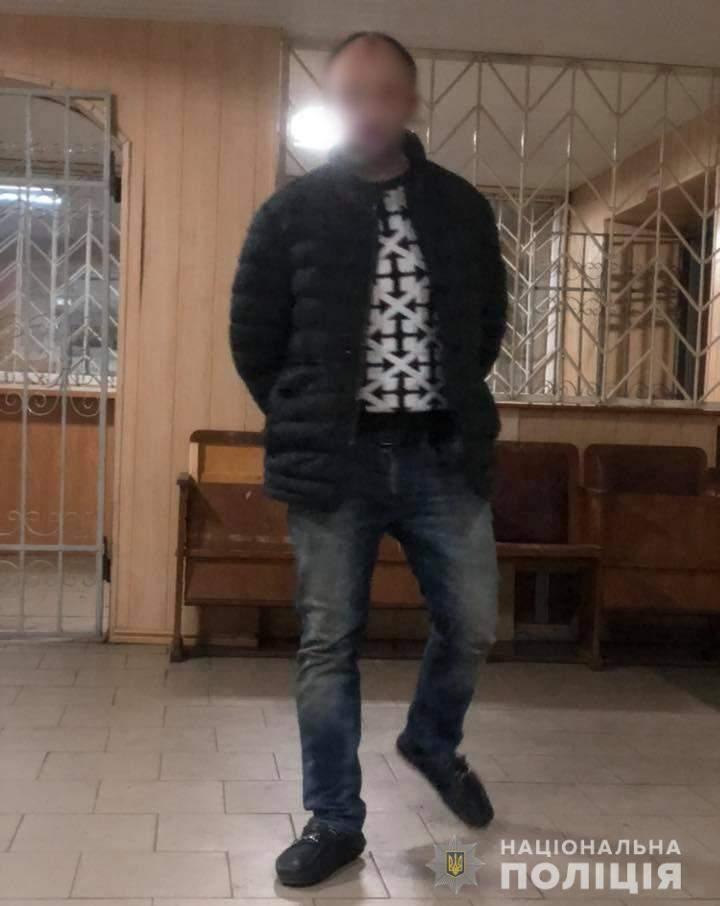 «Новогодний переполох»: В Днепре мужчина сломал полицейскому нос и украл ёлку