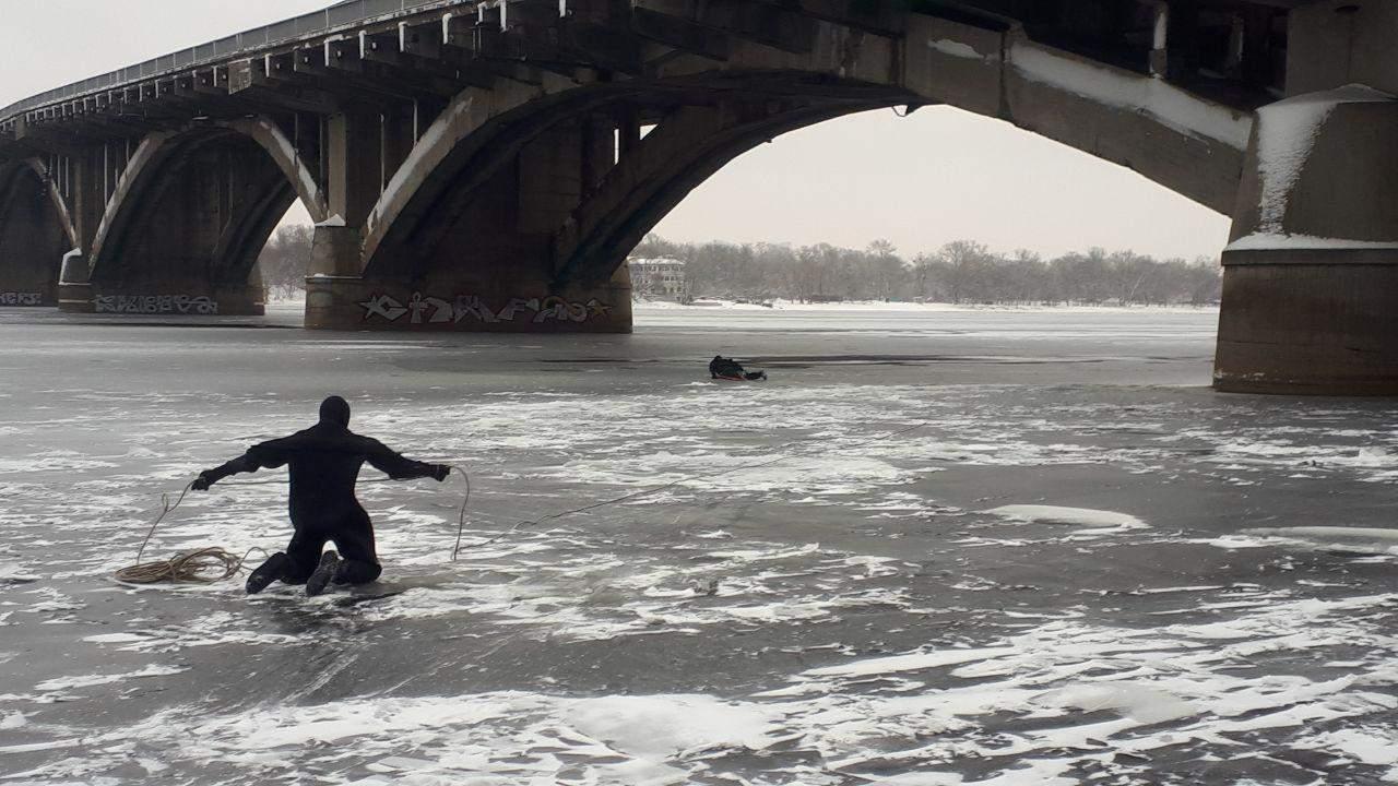 В Киеве мужчина упал с моста Метро в реку (фото)