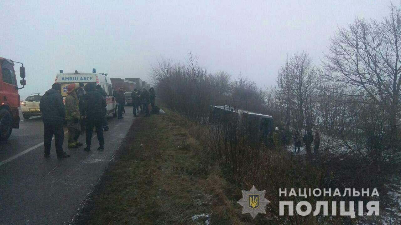 На трассе Киев-Одесса рейсовый автобус, чтобы избежать столкновения съехал с автодороги и перевернулся на бок (фото)
