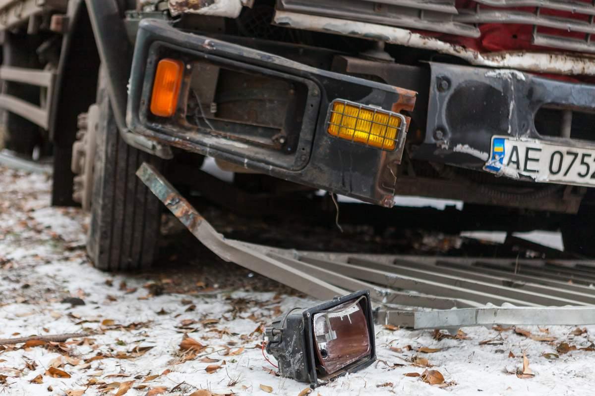 В Днепре грузовик без тормозов протаранил забор (видео)