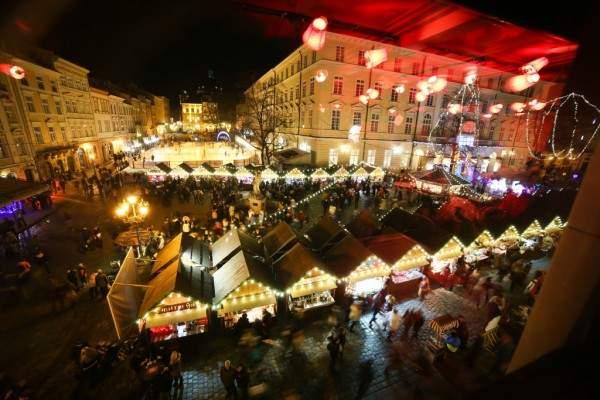 Рождественская ярмарка во Львове закончилась взрывами и пожаром. Есть пострадавшие