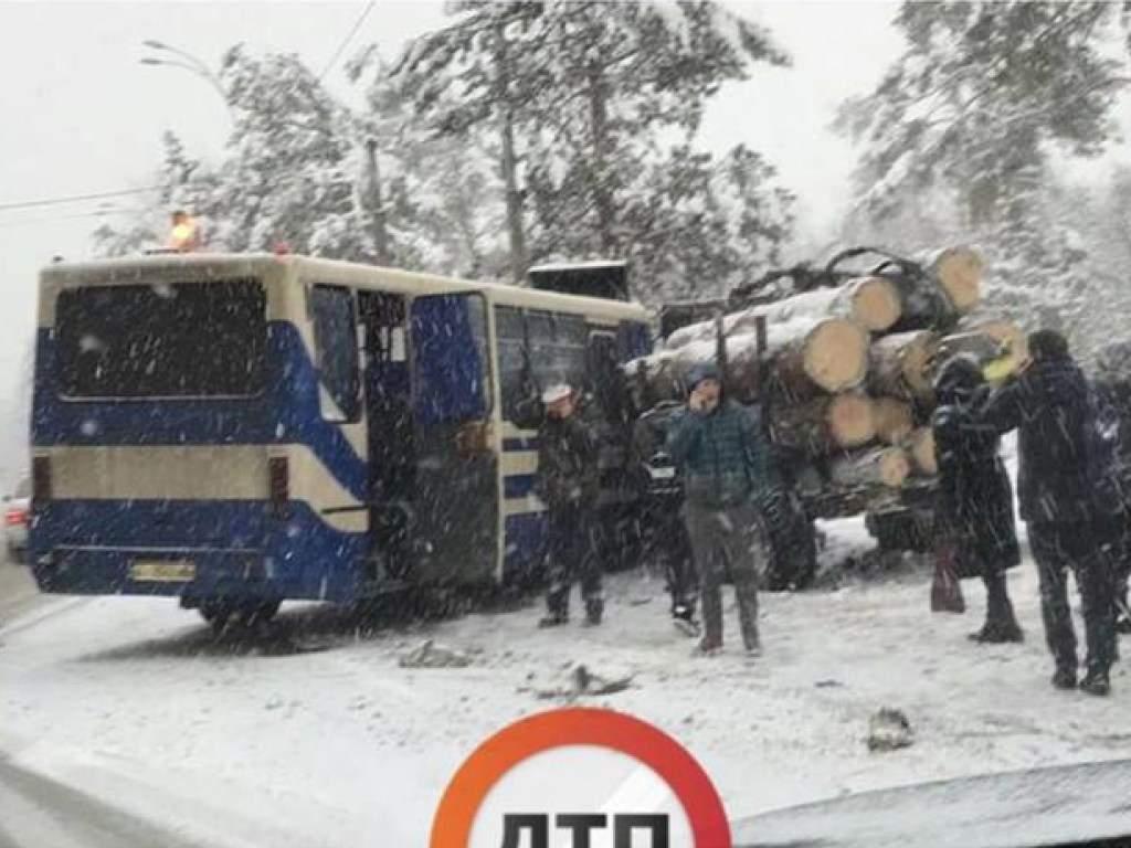 На Киевщине маршрутка попала в ДТП