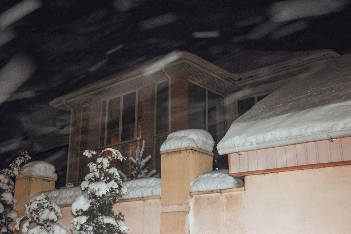 Ночью в Киеве неизвестный бросил гранату в дом (видео)