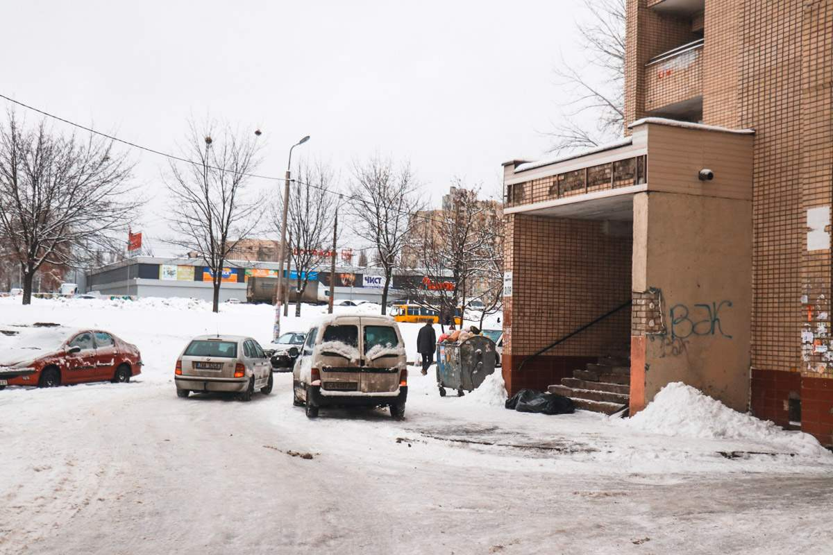 В столице мужчина умер прямо на лестнице возле подъезда (фото)