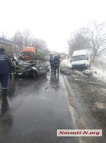На Николаевщине микроавтобус столкнулся с легковым авто: легковушку охватило огнем (видео)