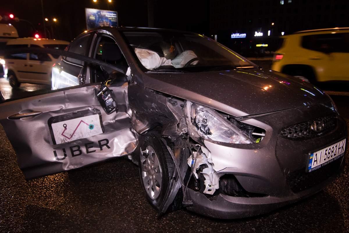 На Харьковской площади в Киеве в такси Uber на всей скорости въехал другой автомобиль: есть пострадавшие (видео)