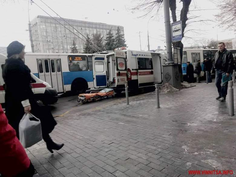 В Виннице прямо на ходу взорвалось колесо троллейбуса: трое пострадали (фото)