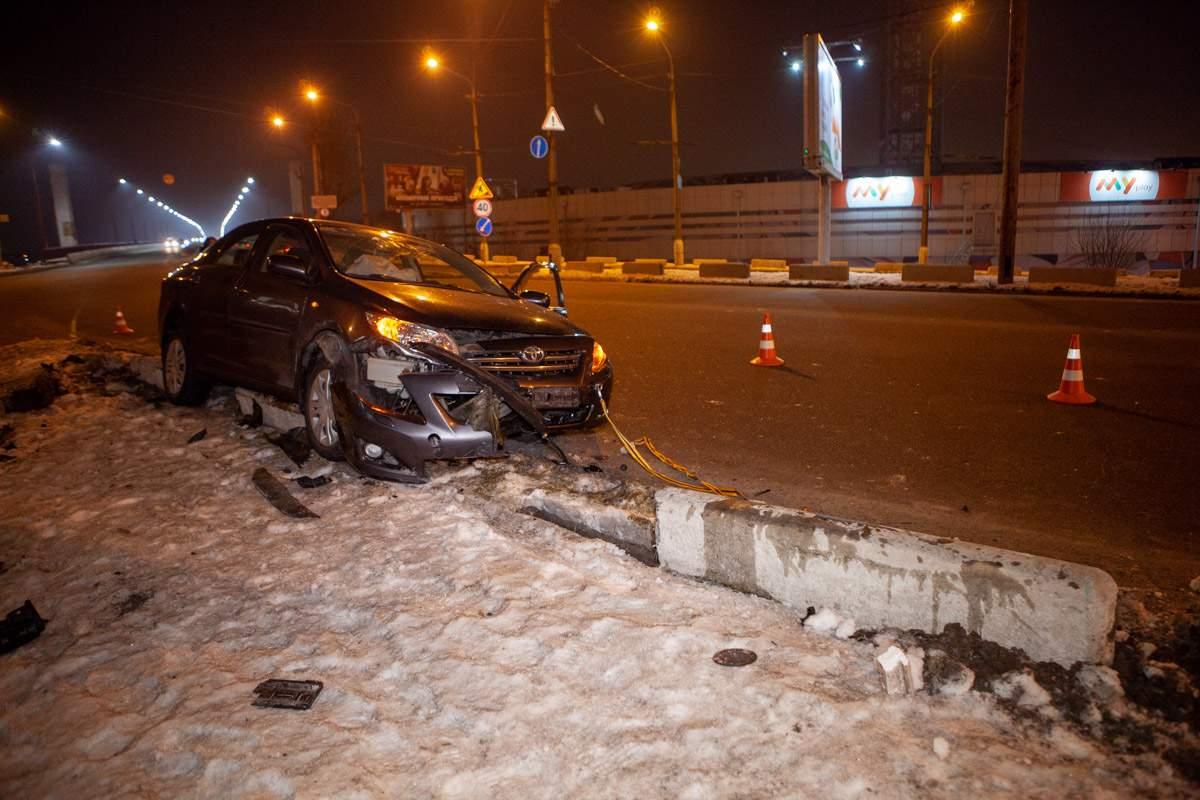В Днепре легковой автомобиль врезался в отбойник (видео)