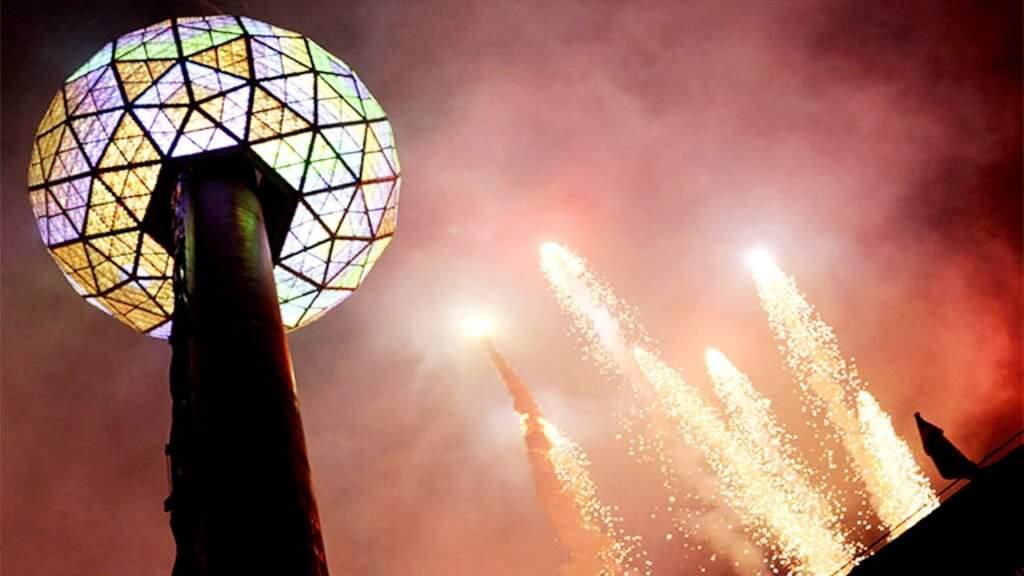 В Нью-Йорке по традиции спустили хрустальный шар