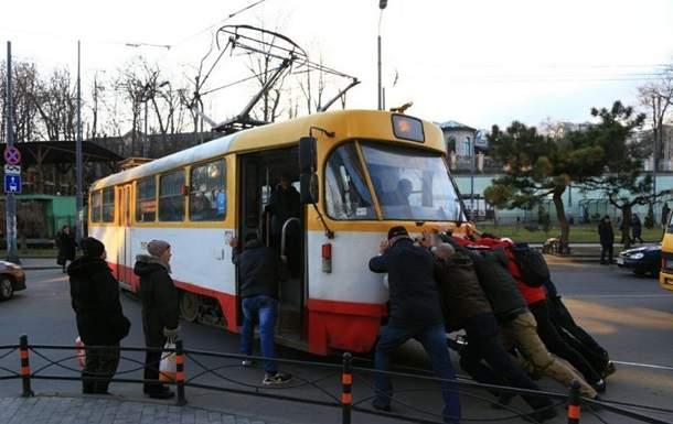 В Одессе пассажирам пришлось толкать трамвай, который заблокировал дорогу