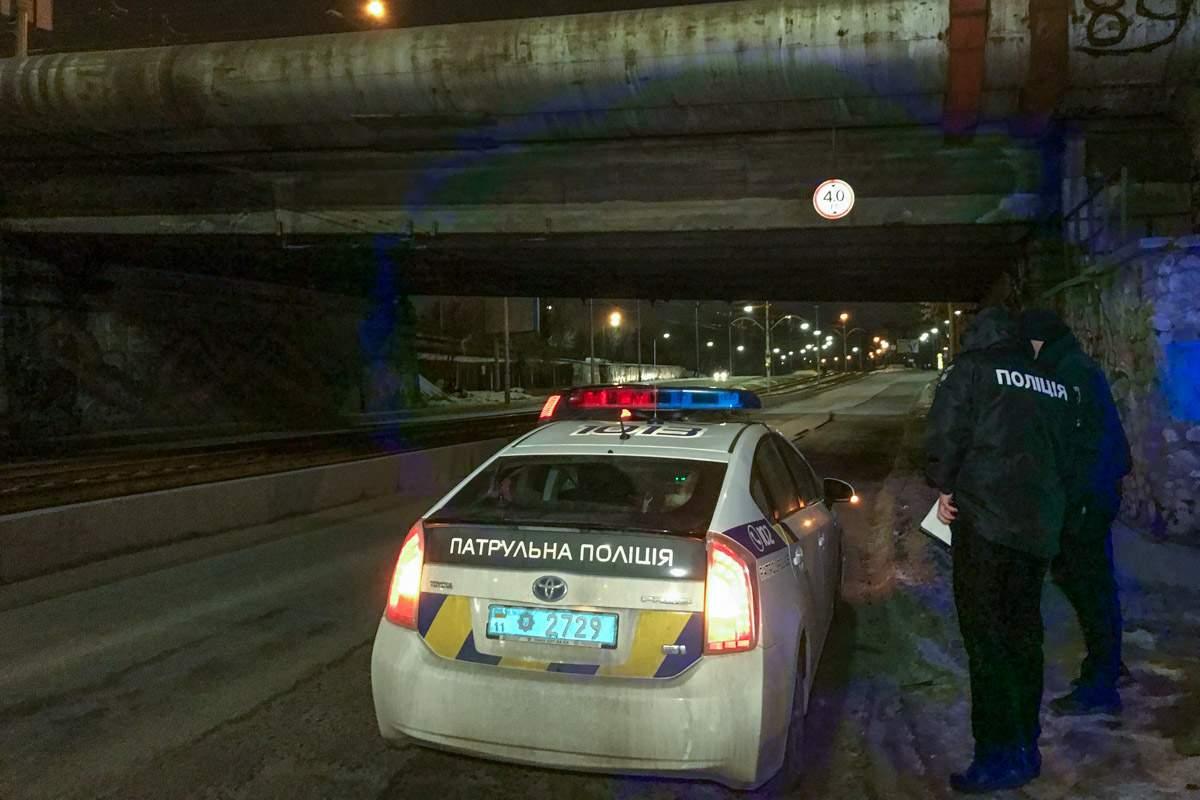На столичном мосту обнаружили тело женщины