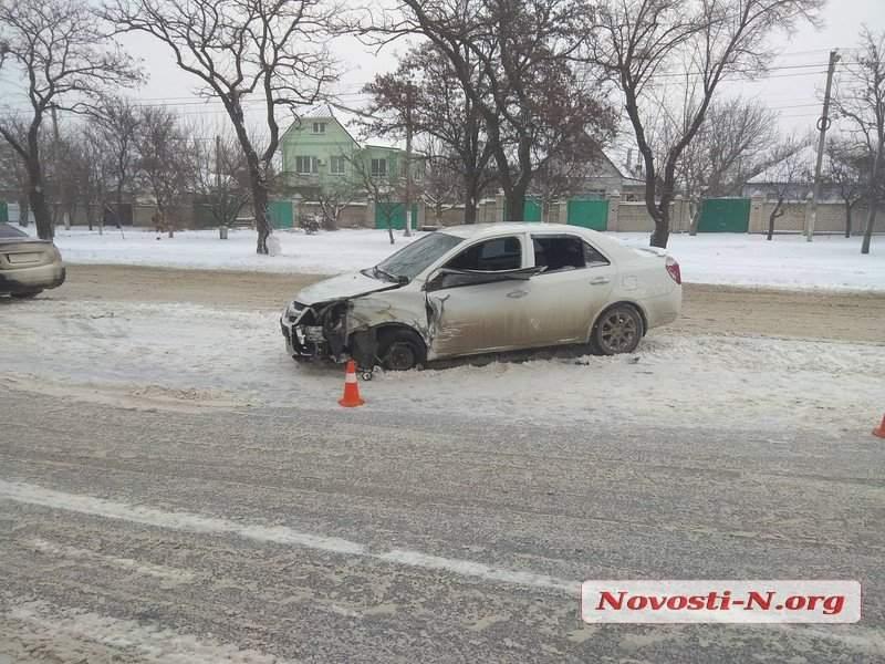 В Николаеве произошло массовое столкновение автомобилей: 2 человека пострадали (фото)