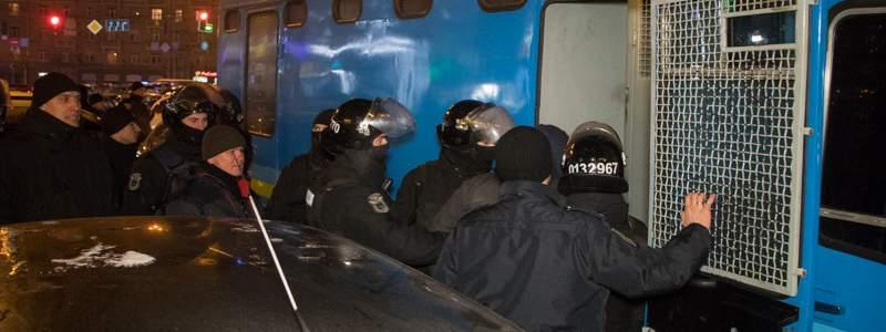 В столице десятки людей устроили драку с полицией. Есть задержанные