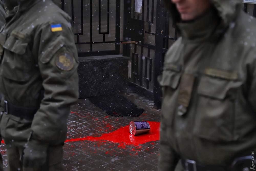 В Одессе полиция силой задержала участников протеста под генконсульством РФ (фото)