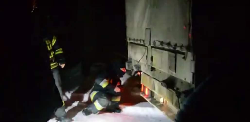 В Днепре спасатели доставали грузовик из снежного плена (видео)