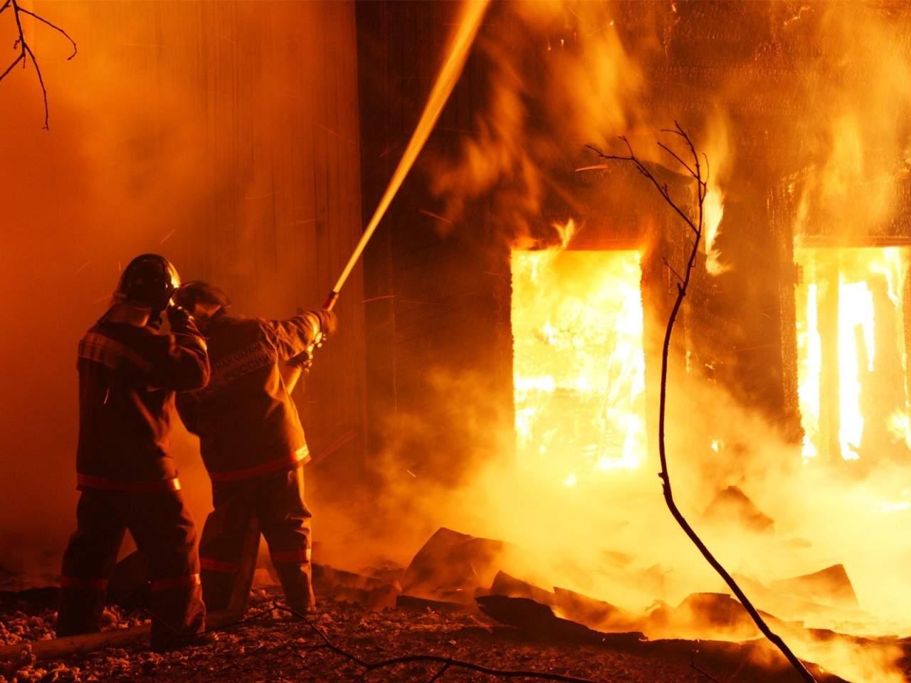 На Львовщине тушили пожар на масляном заводе