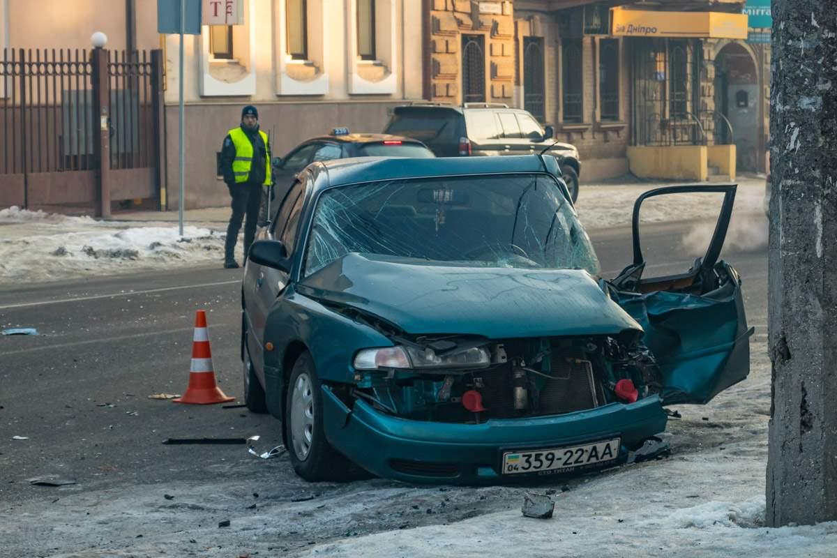 В центре Днепра легковой автомобиль въехал в пассажирский автобус (видео)