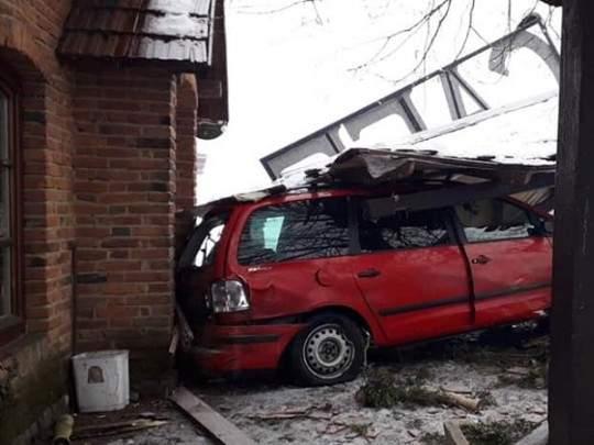 На Закарпатье пьяный водитель за рулём автомобиля влетел в кафе